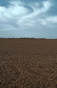 Gepflügtes feld bereit für die aussaat von getreide für winterkulturen