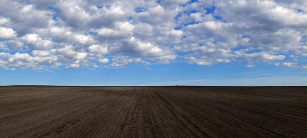 Gepflügtes feld vorbereitet für die aussaat von getreide