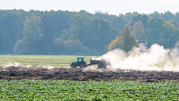 Gepflügtes landwirtschaftliches feld und fruchtbarer boden, der mit natürlichen düngemitteln gedüngt wird
