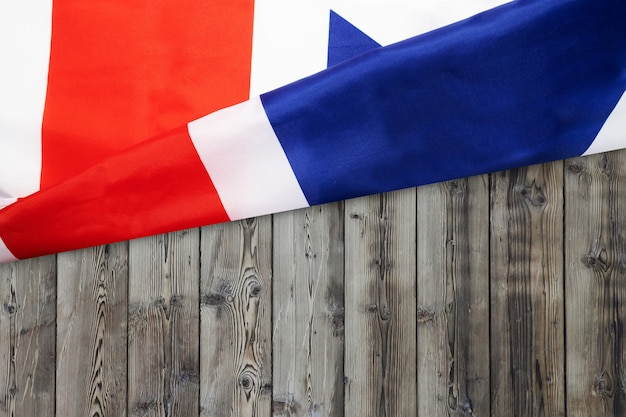 Geplätscherte britische flagge auf holz