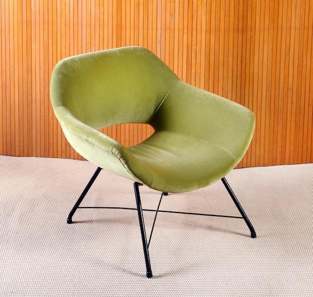 Gepolsterter vintage-sessel aus grünem samt
