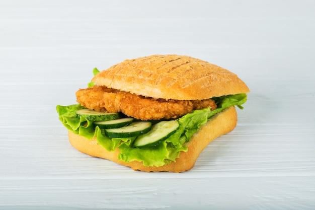 Gepresster und gerösteter doppelter panini mit schinken und käse diente auf sandwichpapier auf einem holztisch