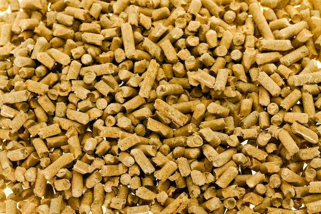 Gepresstes holz - das gepresste holz zur verwendung als füllstoff für eine toilette einer katze