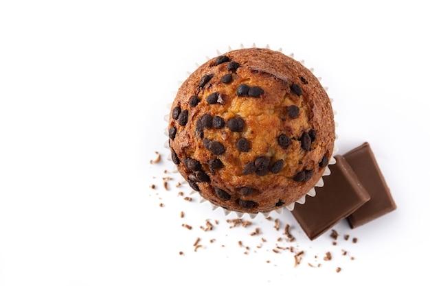 Gerade gebackener schokoladenmuffin lokalisiert auf weißem hintergrund