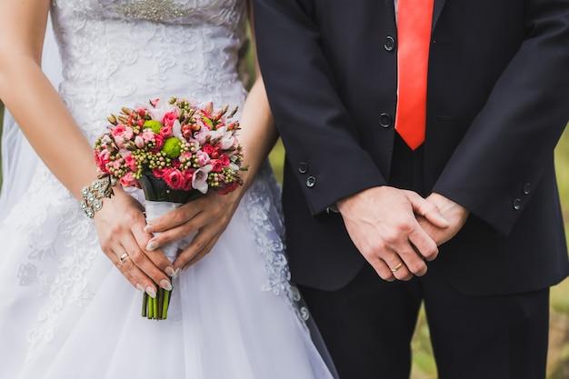 Gerade geheiratet, nebeneinander stehend.