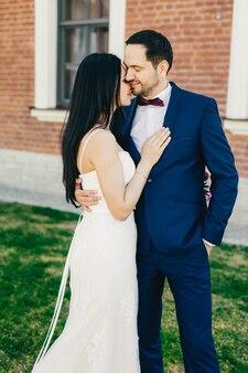 Gerade küssen verheiratete braut und bräutigam leidenschaftlich, drücken reale gefühle, liebe und gefühle aus