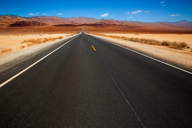 Gerade straße des death valley im nationalpark der wüste