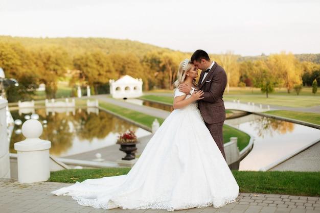 Gerade verheiratetes liebespaar in hochzeitskleid und anzug
