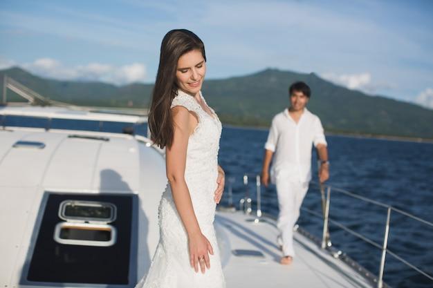 Gerade verheiratetes paar auf yacht. glückliches brautpaar