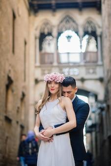 Gerade verheiratetes paar, das in den straßen von barcelona am schönen hochzeitstag geht