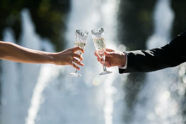 Gerade verheiratetes paar toasten