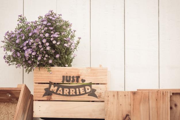 Gerade verheiratetes zeichen auf dem holz handgemacht für hochzeitsdekoration