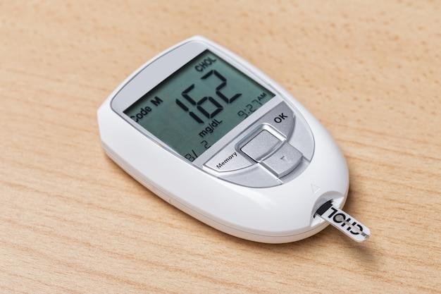 Gerät zur messung von cholesterin und insulin. bluttest.