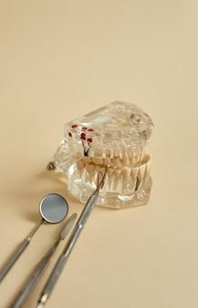 Geräte, die die zahnbehandlung erleichtern, werden demonstriert