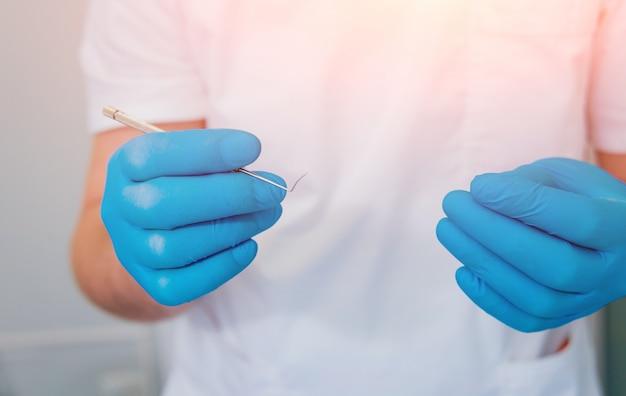 Geräte für die augenchirurgie. der chirurg hält ein instrument. kataraktbehandlung.
