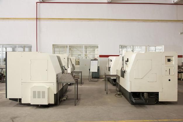 Geräte und maschinen zum schneiden und bearbeiten von metallprofilen