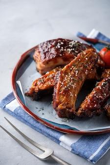 Geräucherte gebratene schweinefleischrippen auf der platte. köstliche gegrillte bbq-rippen