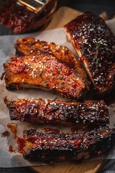 Geräucherte gebratene schweinerippchen. nahaufnahme von würzigen rippen des grills