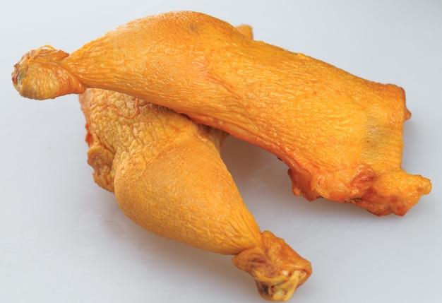 Geräucherte hühnerbeine auf weiß
