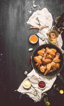 Geräucherte hühnerflügel mit bier in der schüssel