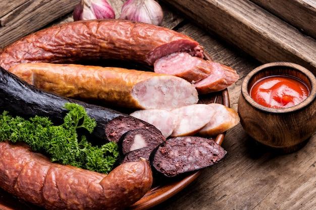 Geräucherte salami auf altem holztisch
