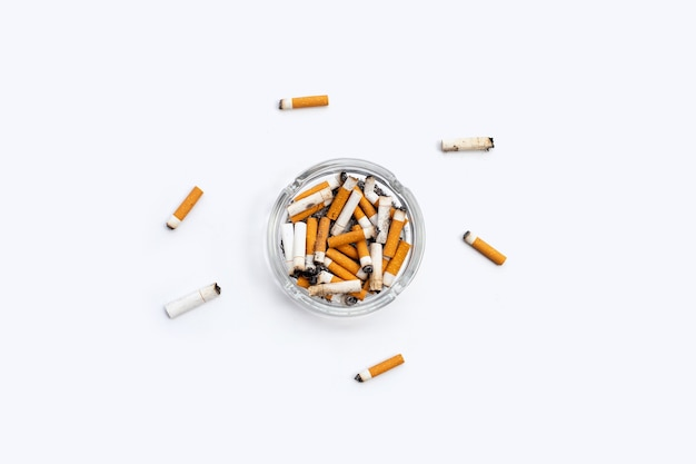 Geräucherte zigaretten auf weißer oberfläche