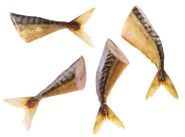 Geräucherter fisch auf einem weißen hintergrund. foto in hoher qualität