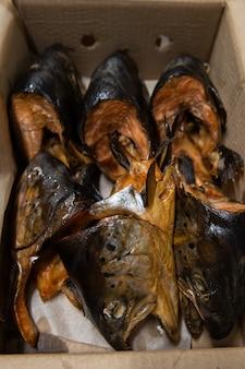Geräucherter fisch in bastelpapierbox