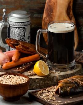 Geräucherter fisch und würstchen mit dunklem bier