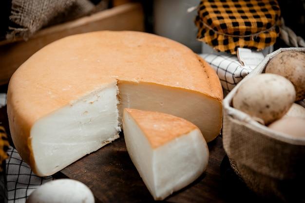 Geräucherter käse auf einer baumhanf-draufsicht