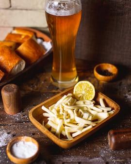 Geräucherter käse serviert mit zitrone und bier