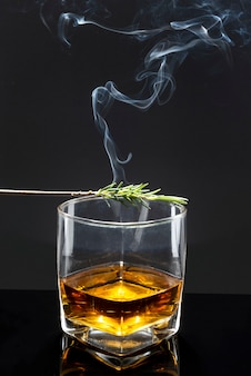Geräucherter rosmarin auf whiskyglas