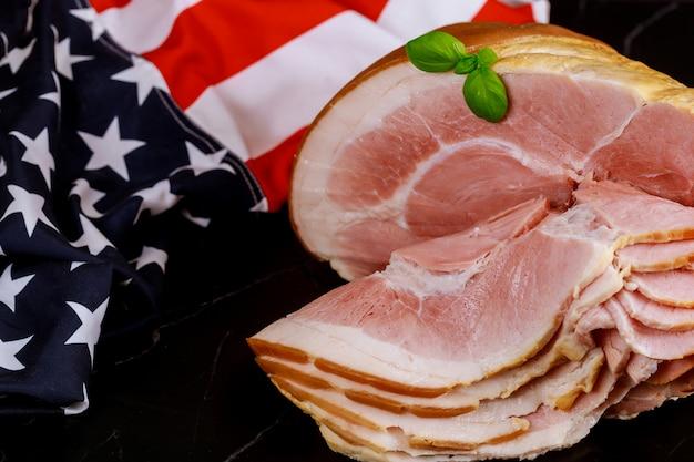 Geräucherter schinken im knochen mit amerikanischer flagge