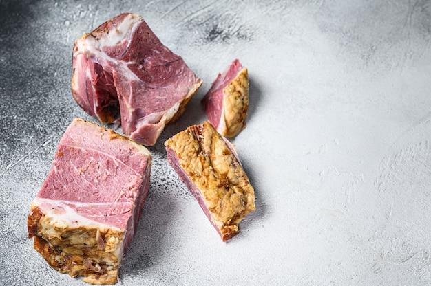 Geräucherter schweinehals fleisch auf einem schneidebrett