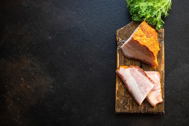 Geräucherter speck mit fleisch schweinefleisch wangengewürzen portionsgröße