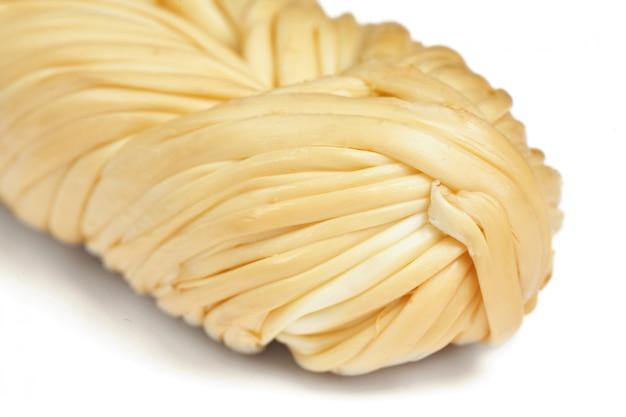 Geräucherter umsponnener käse auf einem weiß