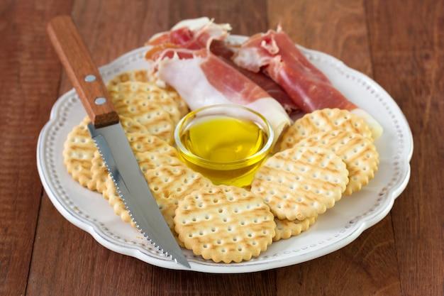 Geräuchertes fleisch mit keksen und olivenöl