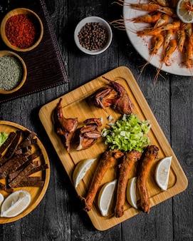 Geräuchertes hühnerfleisch zitrone und kräuter