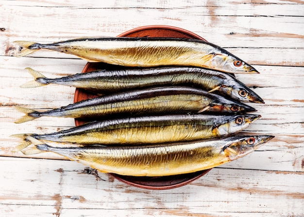 Geräuchertes sanma oder pazifischer makrelenhecht