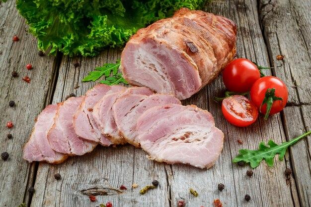 Geräuchertes schweinefleisch über dem holz