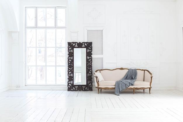 Geräumiges helles wohnzimmer mit einem stilvollen klassischen design mit antikem dekor und schönen schicken möbeln im alten stil