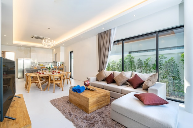 Geräumiges offenes wohnzimmer und essbereich
