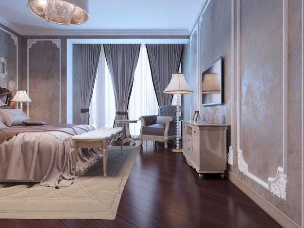 Geräumiges schlafzimmer mit großem fenster, das von gewundenen vorhängen bedeckt ist