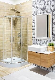 Geräumiges und helles modernes badezimmer mit weißen wänden