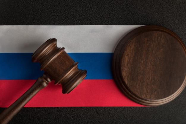 Gerechtigkeitshammer auf russland-flagge. recht und gerechtigkeit in der russischen föderation. rechte der bürger.