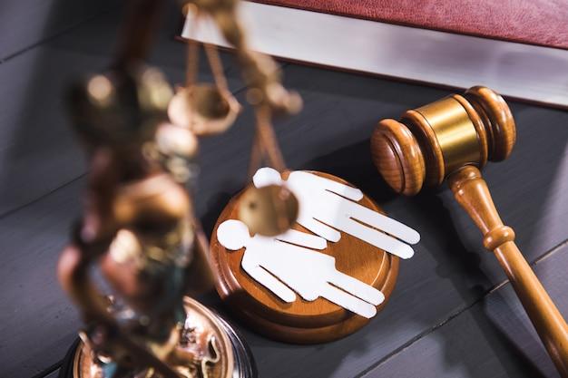 Gerechtigkeitsstatue, hammer und leute auf dem tisch. familienbetrieb