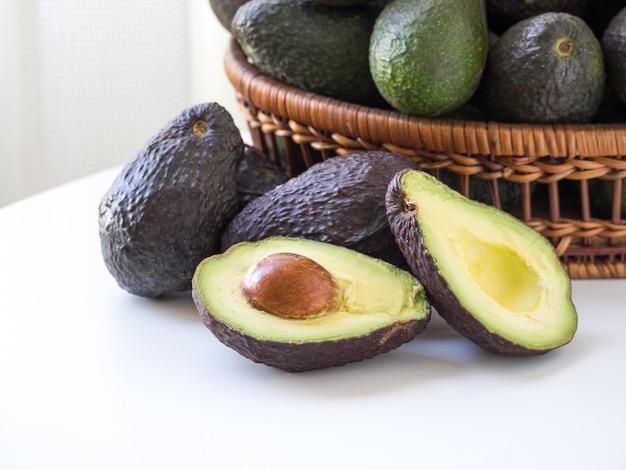 Gereifte avocados auf einem korb