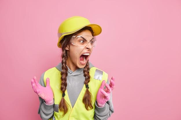 Gereizte unternehmerin hat zwei zöpfe schreie drückt lautstark negative emotionen aus
