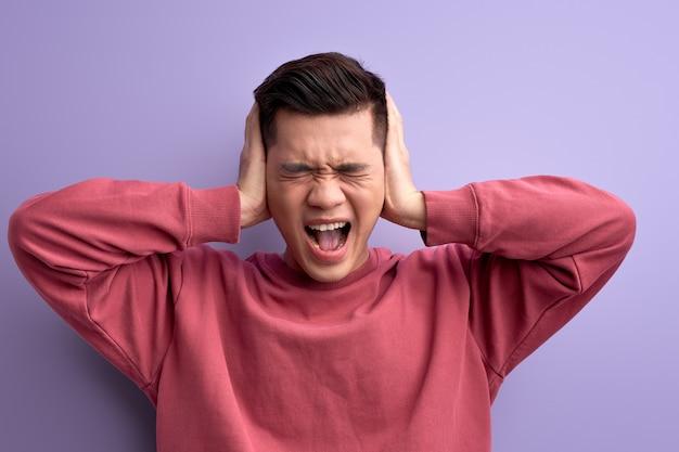 Gereizter kerl schließt die ohren, will keine nachrichten hören, wütend