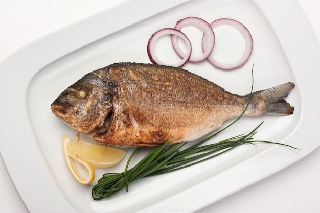 Gericht aus gebratenem fisch mit zwiebeln